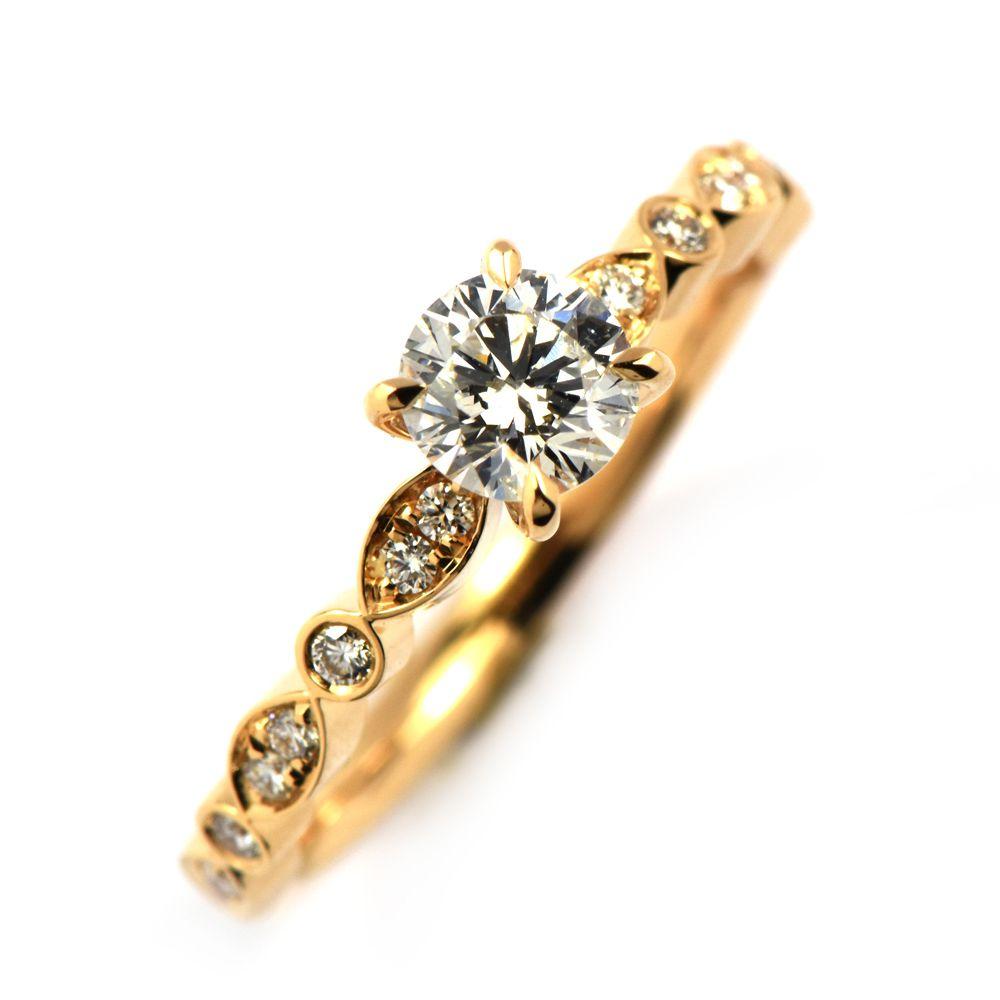 Romantisk ring med en centerdiamant.
