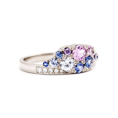 Vigselring Kaje i vitguld, med diamanter och safirer.