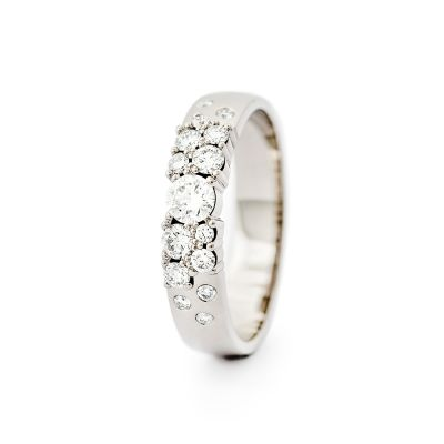 Keto vigselring i vitt guld med 15 diamanter.