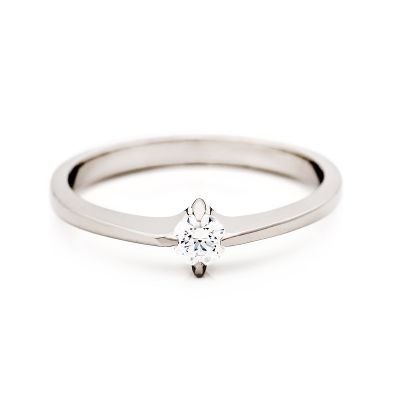 Vigselringen Klassikko N:o 1/4 i vitguld med en diamant.