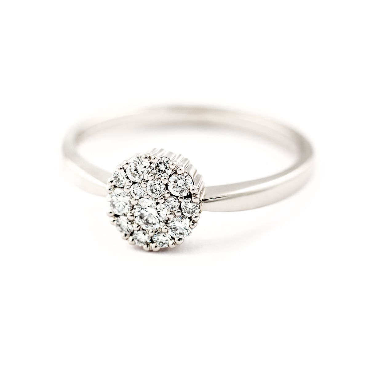 Cupcake vigselring i vitguld med diamanter.