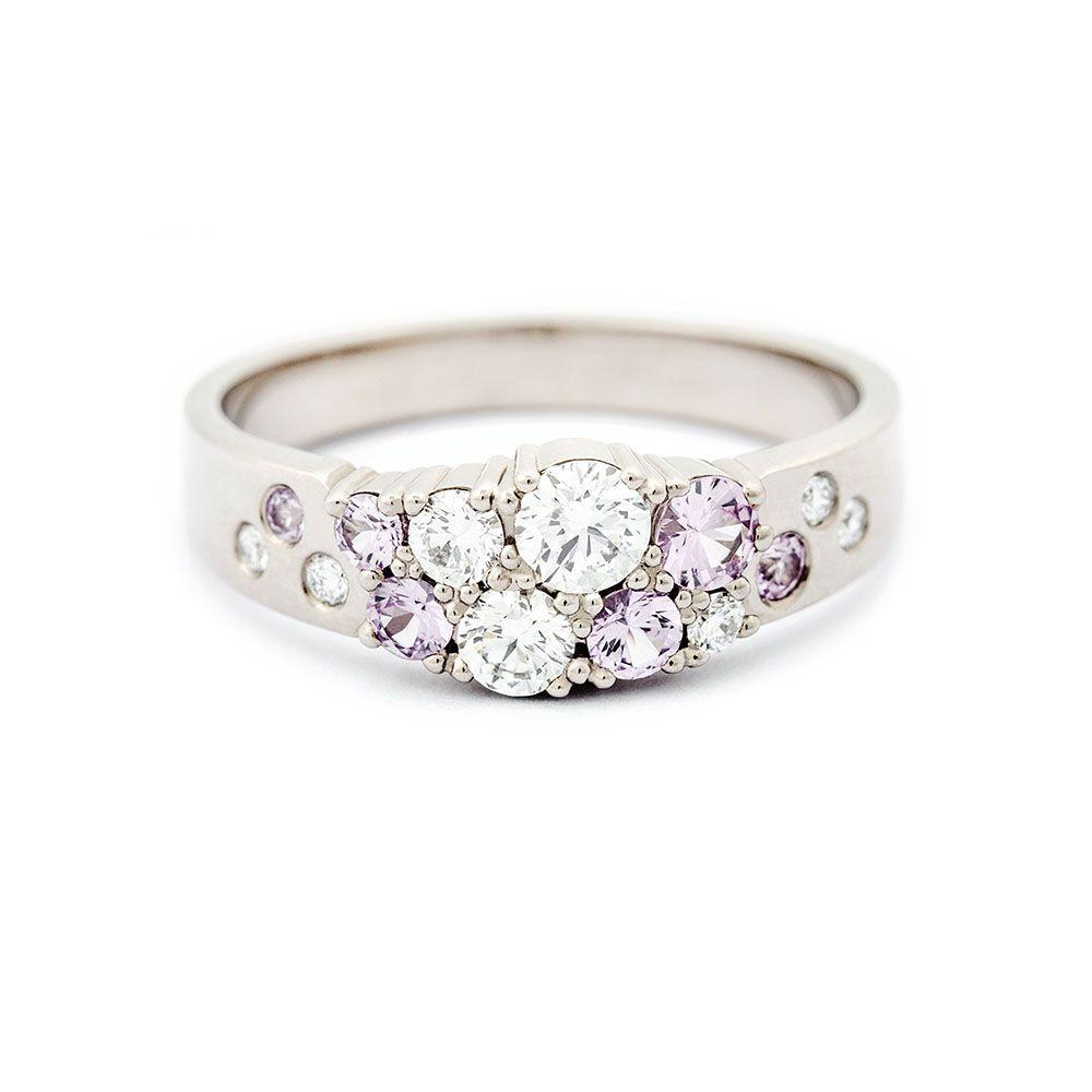 Avsmalnande Keto-ring i kollektionen Meadow med klara diamanter.