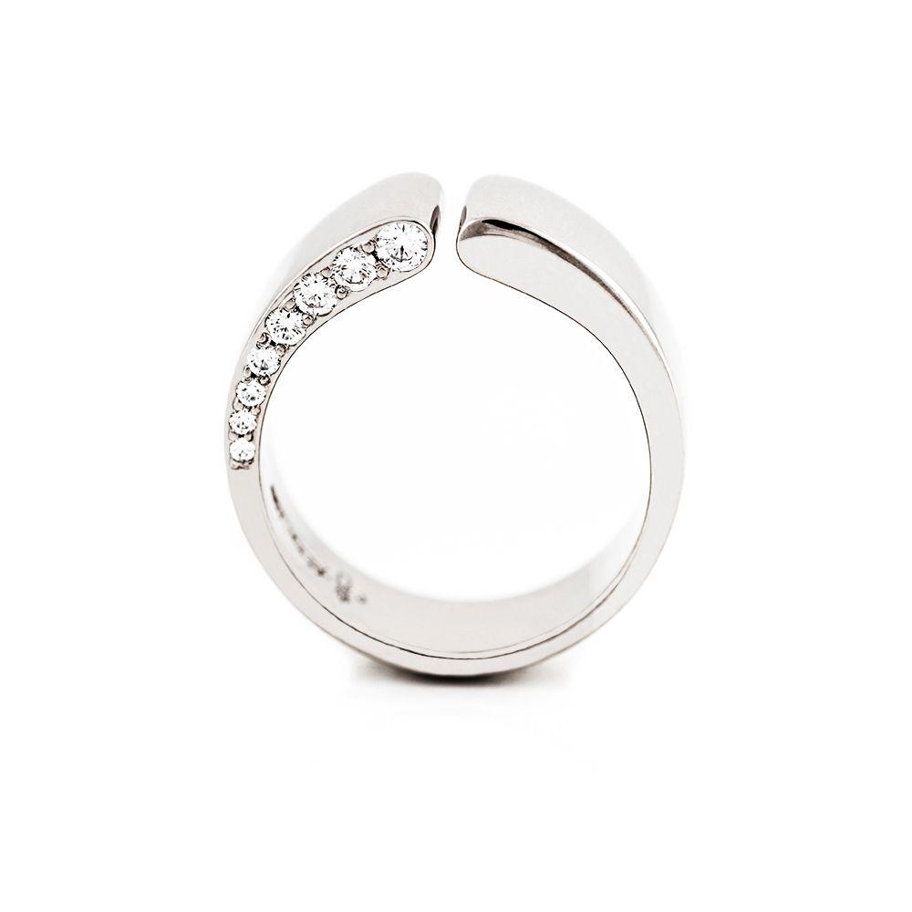Vigselringen Lilja i vitguld med 8 diamanter.